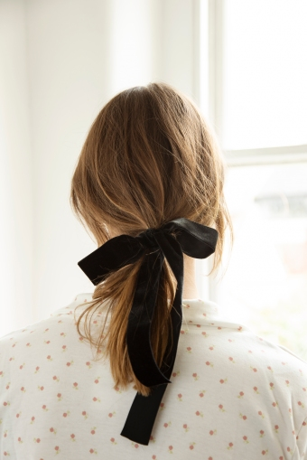 Lady wearing ribbon in hair